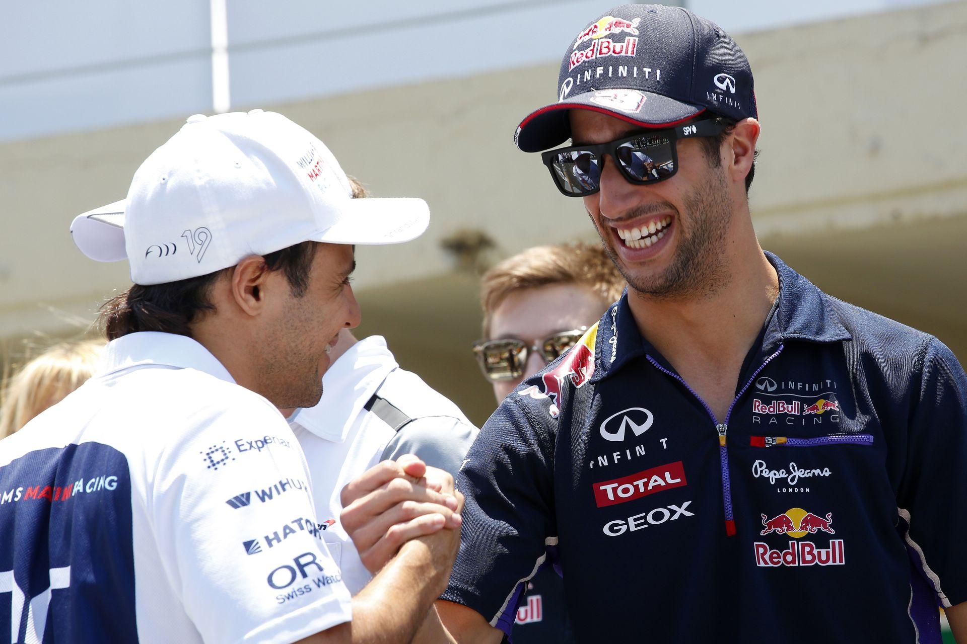 Ricciardo próbál szelfizni, de egyszerűen nem megy!