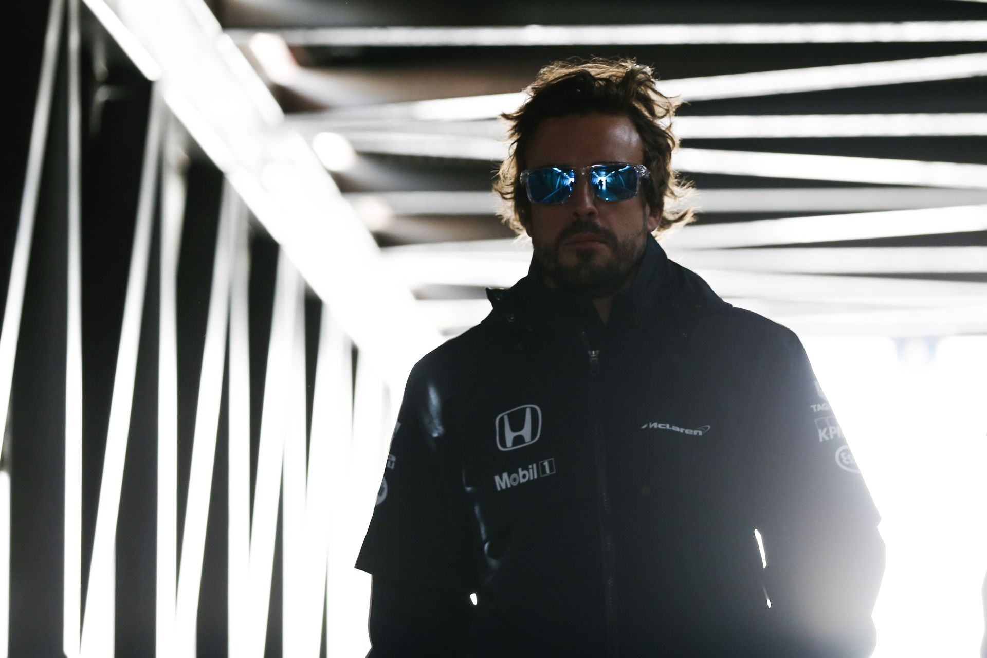 Videón a pillanat, amikor Alonso átveszi a trófeát: végre kapott valamit
