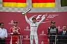 Sonkatál és szendvicsek - meg a győztesnek járó serleg Rosberg asztalán