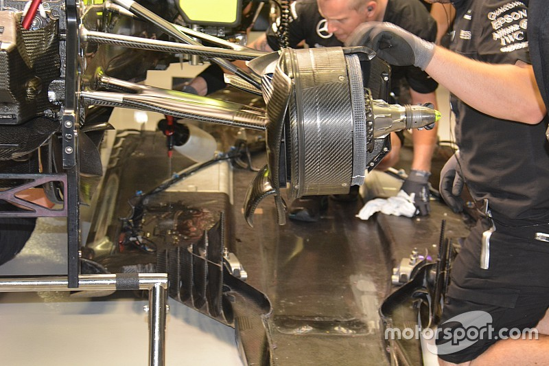 Tech update: Mercedes ontmantelt W07 om hydraulisch lek te verhelpen