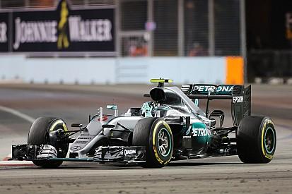 Rosberg grijpt leiding in WK met zege in Singapore, Verstappen zesde