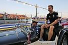 Magnussen se burla con meme del GP de Singapur y Alonso