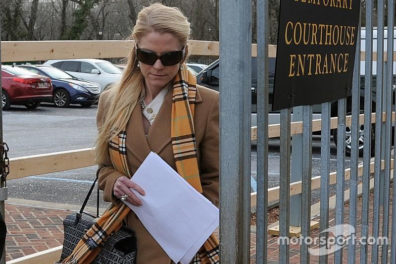 La ex novia del piloto de la NASCAR Kurt Busch acusada de fraude