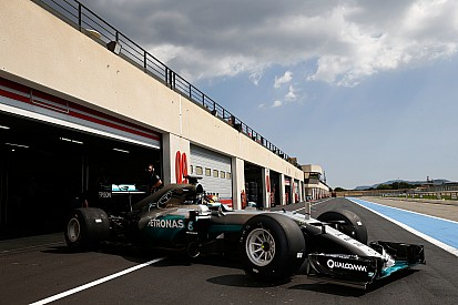 Pirelli poursuit les tests sur piste humide avec Mercedes