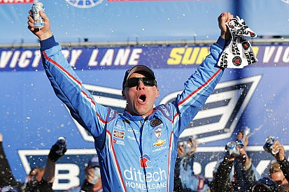 Harvick supera Kenseth, vence em Loudon e segue no Chase