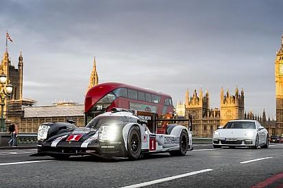 马克·韦伯驾驶保时捷LMP1赛车穿越伦敦街头