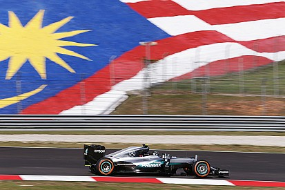 马来西亚大奖赛FP1:马格努森赛车起火,梅赛德斯强势占据榜首