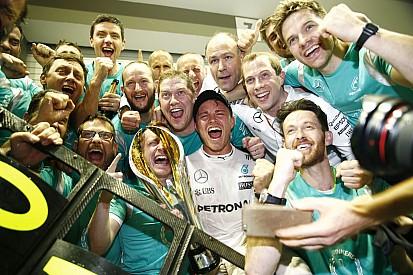 Ennyi volt, eldőlt a vébé: Rosberg az új világbajnok