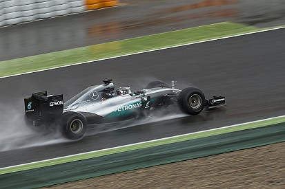 La pioggia rallenta i test Mercedes con le Pirelli 2017 a Barcellona