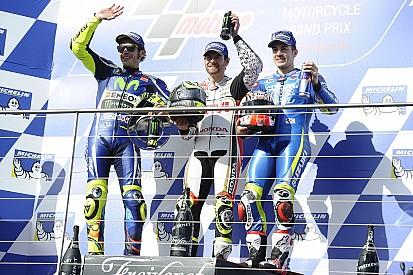 Crutchlow y Rossi sacan tajada del primer cero de Márquez