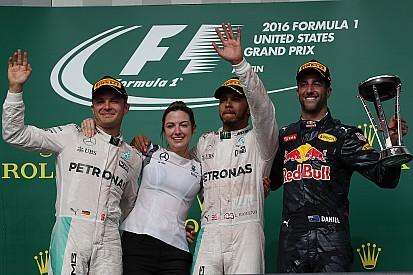 Hamilton boekt snaarstrakke zege in Austin, Verstappen finisht niet