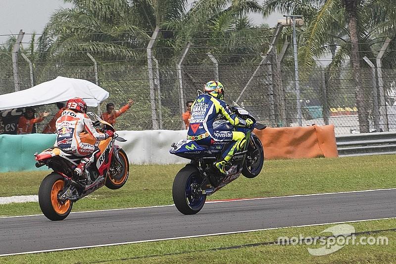 Rossi e Marquez omaggiano Simoncelli con un'impennata doppia