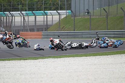 Meerdere rijders lopen verwondingen op in hectische Moto3-race