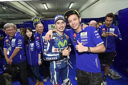 Lorenzo y Rossi se abrazan en su última carrera juntos