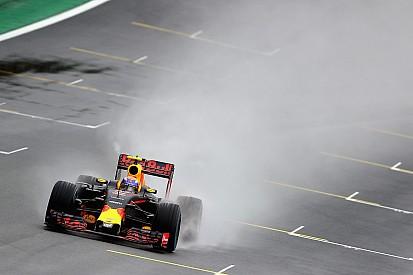 Autosportwereld maakt diepe buiging voor regenkoning Verstappen