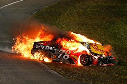 Johnson wint zevende NASCAR-titel, auto Truex Jr gaat in vlammen op
