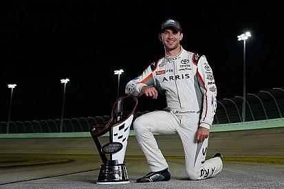 Daniel Suárez recibe su trofeo de campeón de la Xfinity Series
