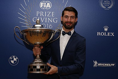López recibió el trofeo de campeón del WTCC en la Gala de la FIA
