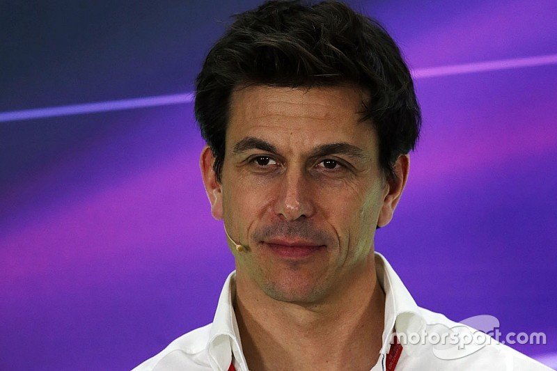 "Wolff: ""Podemos ofrecer el Mercedes a Valentino o Lorenzo"""