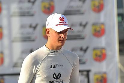Mick Schumacher festeja Navidad con equipo Prema