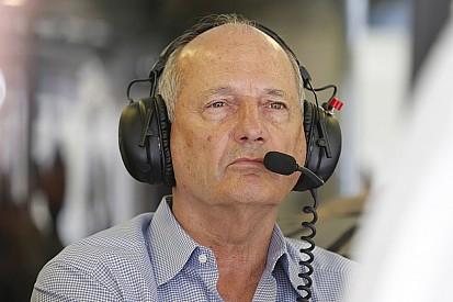 """Ecclestone lamenta saída de Dennis: """"sempre dei apoio a Ron"""""""