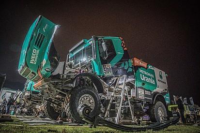 Dakar, De Rooy paga una foratura, ma resta in gioco