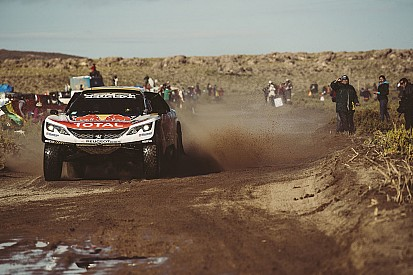 Dakar 2017: Stephane Peterhansel rijdt motorrijder aan