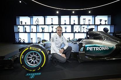In beeld: Valtteri Bottas tekent F1-contract bij Mercedes