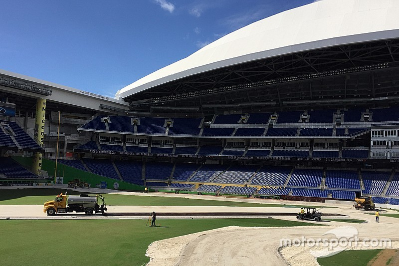 VÍDEO: Estádio de beisebol se transforma em pista de corrida