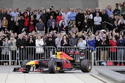 Foto's: Ricciardo geeft demo in Houston en deelt een 'shoey' uit