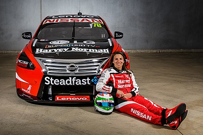 Nissan zeigt Supercars-Tourenwagen von Simona de Silvestro