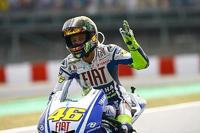 Há 8 anos, Rossi vencia Lorenzo na última curva na Catalunha