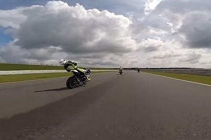 VÍDEO: Piloto desmaia em moto após ser atingido por detrito