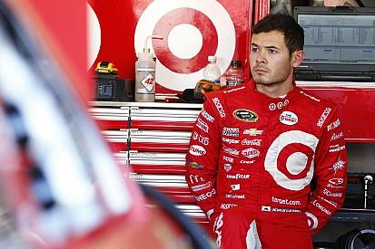 Larson en el liderato en la primera práctica en Pocono