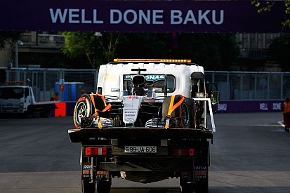 Hamilton darabokra esése Bakuban