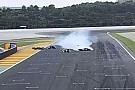 Bike VÍDEO: Piloto de moto desiste de pit stop e acerta rival