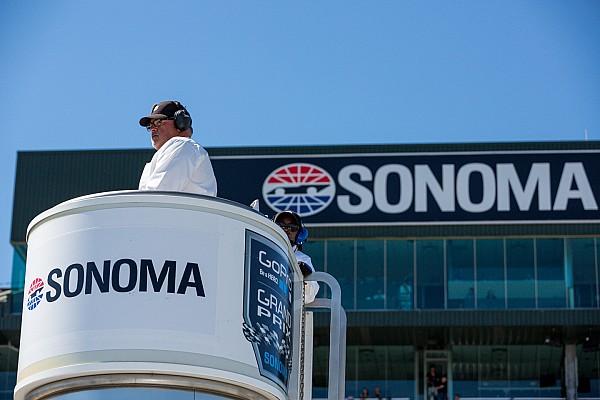Болельщицы прервали тренировку IndyCar, пытаясь сделать фото на трассе