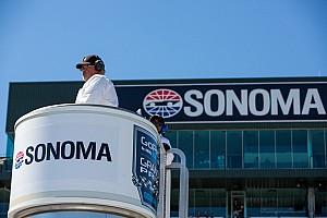 IndyCar Новость Болельщицы прервали тренировку IndyCar, пытаясь сделать фото на трассе