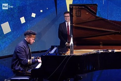 VÍDEO: Lewis Hamilton toca piano em programa de TV