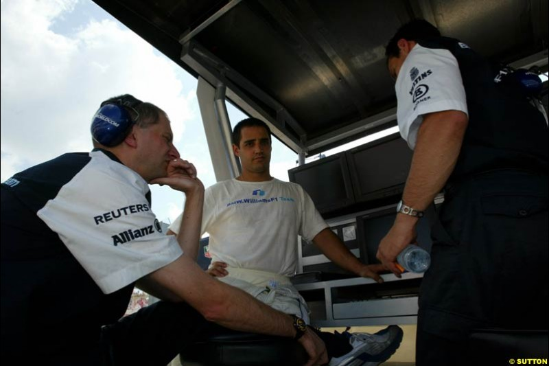 Juan Pablo Montoya, Williams, chats to Williams team members during Qualifying, Hungarian Grand Prix, Budapest, August 17 2002.