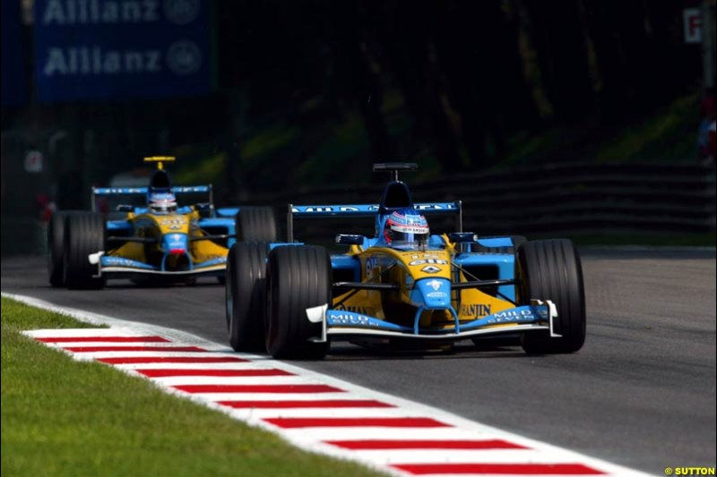 The two Renaults during Qualifying. Italian Grand Prix, Monza, Italy. September 14th 2002.