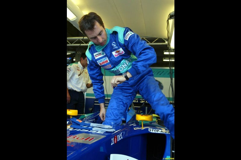 Heinz Harald Frentzen steps into the Sauber C21 at the Indianapolis Motor Speedway, United States GP, Indianapolis, September 26th 2002.