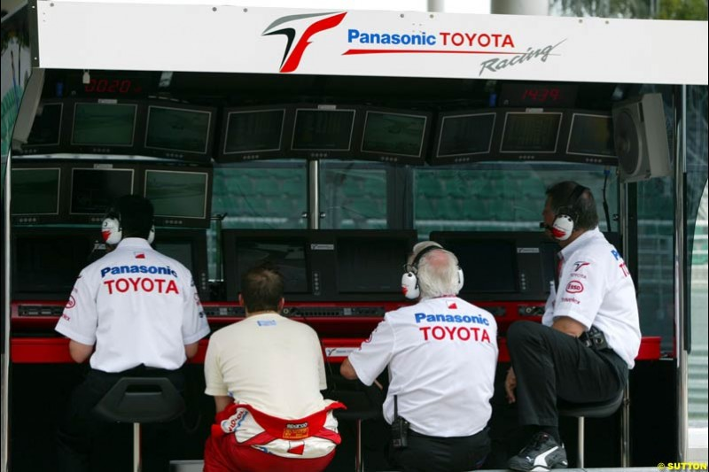 The Toyota team chiefs during Saturday qualifying for the Malaysian GP. Sepang, March 22nd 2003.