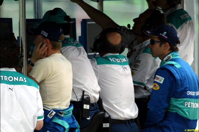 The Sauber team during Saturday qualifying for the Malaysian GP. Sepang, March 22nd 2003.