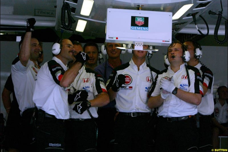 BAR pit crew during Saturday qualifying for the Malaysian GP. Sepang, March 22nd 2003.