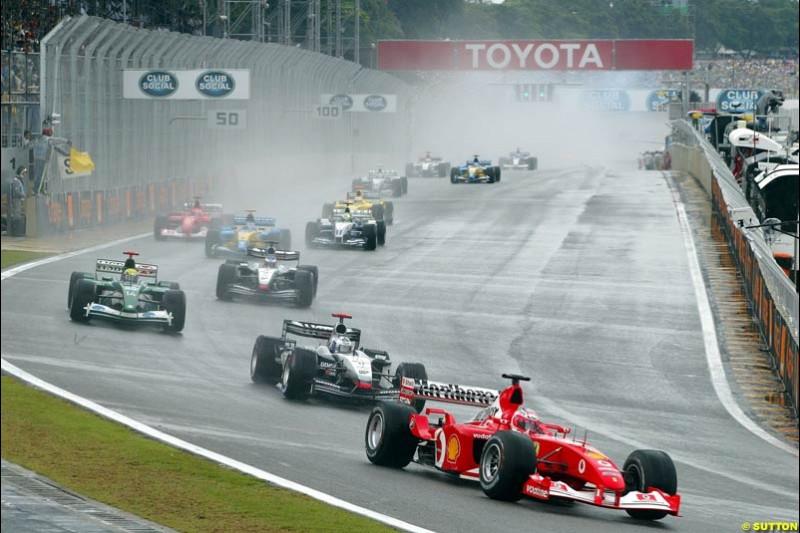 Rubens Barrichello, Ferrari, leads the field. Brazilian Grand Prix. Interlagos, Sao Paulo, April 6th 2003.