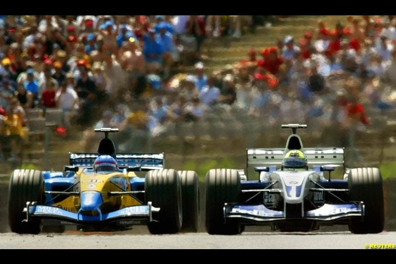 Fernando Alonso, Renault, fights with Ralf Schumacher, Williams. Grand Prix. Circuit de Catalunya, Barcelona, Spain. May 4th 2003.