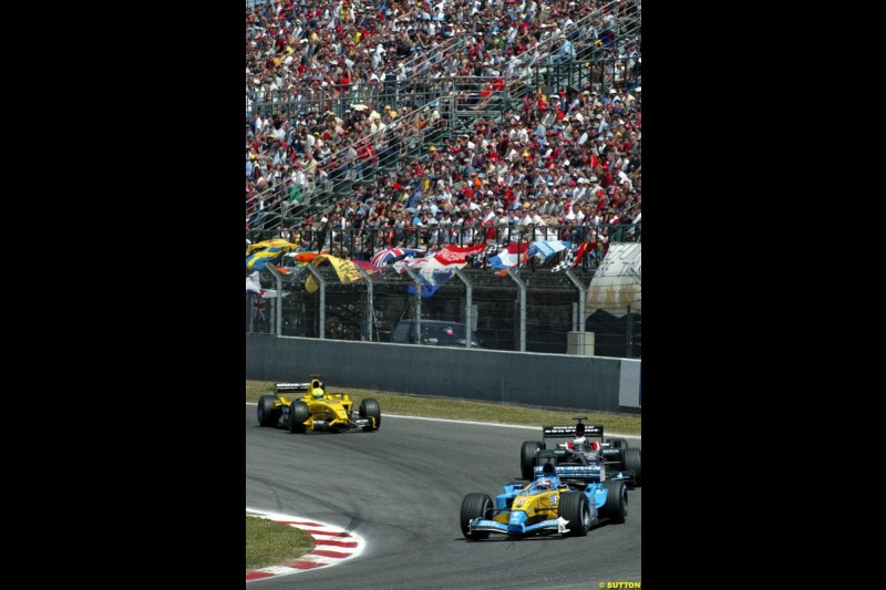 Fernando Alonso, Renault, laps back markers. Spanish Grand Prix. Circuit de Catalunya, Barcelona, Spain. May 4th 2003.