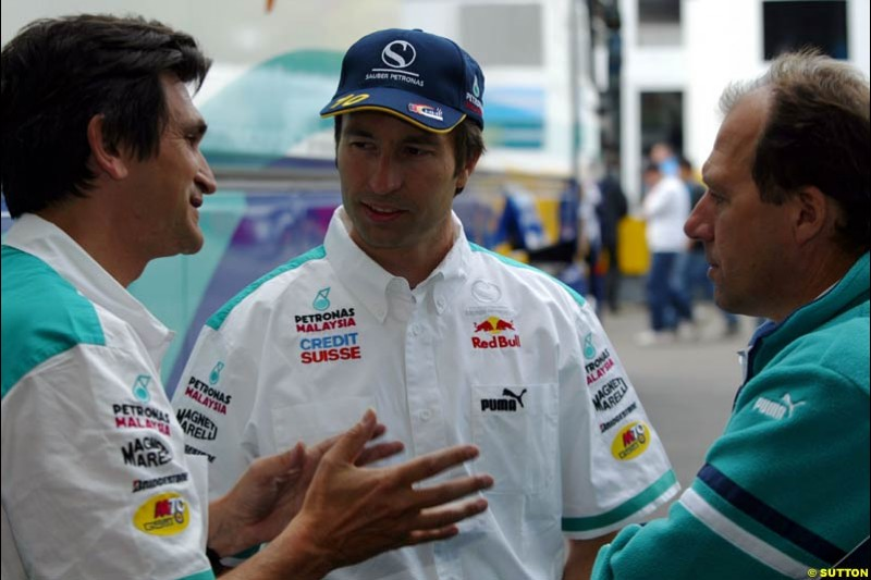 Heinz Harald Frentzen, Sauber, chats to Sauber team members during qualifying for the Austrian Grand Prix. A1-Ring, Spielberg, Austria. May 17th 2003.