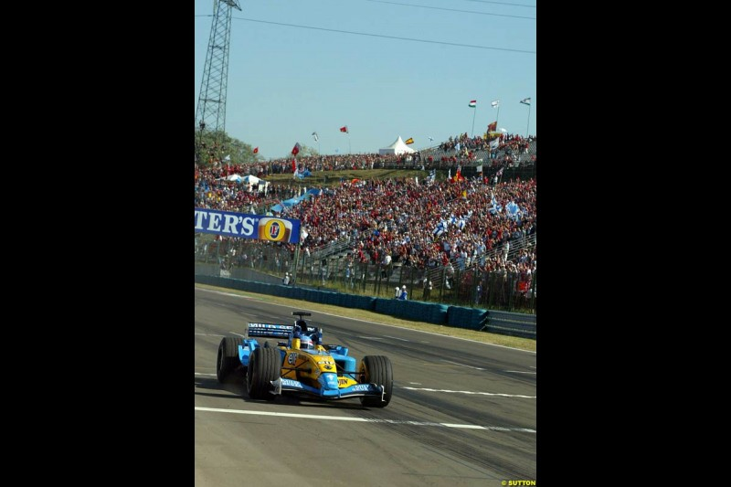 Fernando Alonso, Renault, crosses the line to take victory. Hungarian Grand Prix Sunday. Hungaroring, Budapest. 24th August, 2003.